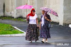 Клипарт. Курган, зонты, плохая погода, дождь