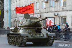 Генеральная репетиция парада Победы на Площади революции. Челябинск, военная техника, танк, т34, красное знамя