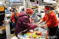 Ситуация в супермаркете Перекресток на фоне ажиотажа связанного с эпидемией коронавируса. Челябинск, покупатель, касса, перекресток, супермаркет, магазин, кассир
