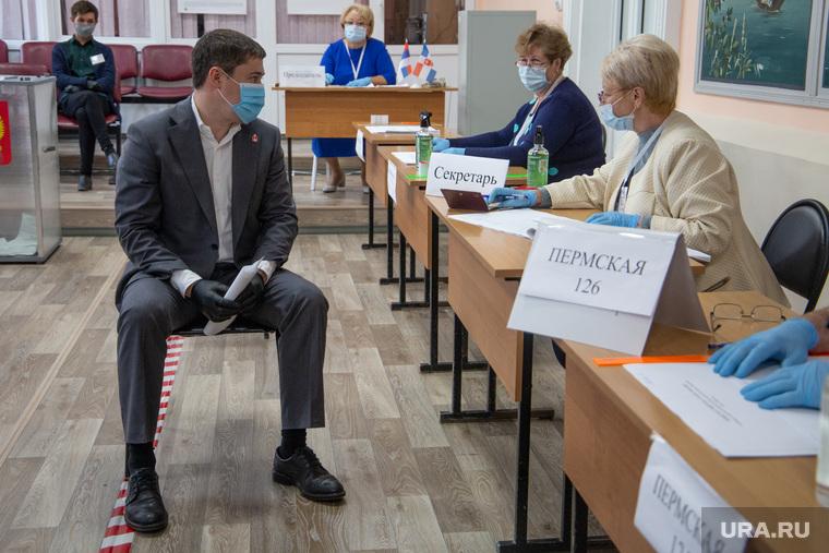 Губернатор Перми Дмитрий Махонин на голосовании по поправкам в Конституцию России. Пермь