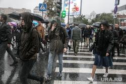 Несанкционированная акция против изменения пенсионной системы в Тюмени, пешеходный переход, зонты, непогода, плохая погода, ливень, ненастье, дождь