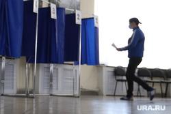 Общероссийское голосование по поправкам в Конституцию России. Курган , кабина для голосования, голосование, молодежь, поправки в конституцию, общероссийское голосование, участок голосования