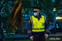 Профилактическое мероприятие ГИБДД по выявлению нарушителей. Магнитогорск, медицинская маска, сотрудник дпс в медицинской маске