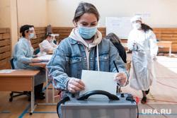 Голосование по внесению поправок в Конституцию РФ в гимназии №104. Екатеринбург, медицинская маска, голосование, молодежь, поправки в конституцию, общероссийское голосование, голосование по поправкам в конституцию