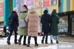 Ремонтные работы на ул. Мальцева. Курган, подростки, девочки