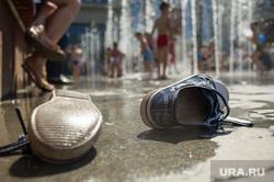 Жара в Екатеринбурге, кроссовки, лето, жара, купание в фонтане, детская обувь