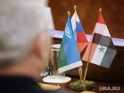 Подписание соглашения о сотрудничестве между правительством ХМАО и сирийской провинции Хомс. Ханты-Мансийск, флажки, флаг хмао, флаг сирии
