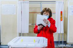 Избирательный участок по голосованию по поправкам в Конституции. Челябинск, избирательный участок, урна для голосования, общероссийское голосование, голосование по поправкам в конституцию