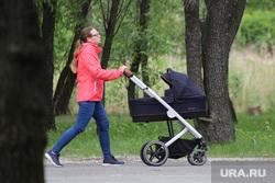 День защиты детей. Курган, мама с коляской, парк, цпкио, детская  коляска