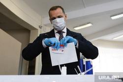 Губернатор Курганской области на голосовании по внесению поправок в Конституцию РФ. Курган. , шумков вадим, медицинская маска, резиновые перчатки, голосование