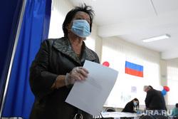Избирательный участок по общероссийскому голосованию по поправкам в Конституцию РФ. Курган, медицинская маска, избирателный участок, защитная маска, триколор, голосование, маска на лицо, масочный режим, общероссийское голосование