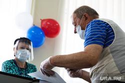 Избирательный участок по общероссийскому голосованию по поправкам в Конституцию РФ. Курган, воздушные шары, медицинская маска, мужчина, избирателный участок, триколор, голосование, масочный режим, общероссийское голосование