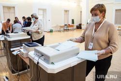Подсчёт бюллетеней голосования по поправкам к Конституции на избирательном участке №1242. Екатеринбург, подсчет бюллетеней, подсчет голосов, гимназия9, голосование по поправкам в конституцию, уик1242
