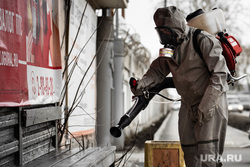 Санитарная обработка остановок общественного транспорта во время пандемии коронавируса COVID-19. Екатеринбург, уборка, защитный костюм, гигиена, дезинфекция, остановка общественного транспорта, санобработка, санитарная обработка, covid19, коронавирус, противоэпидемические меры