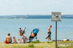 Обстановка на городском пляже «Восход» (путинский), на озере Смолино, во время эпидемии коронавируса. Челябинск, запрет, берег, жара, озеро, купаться запрещено, лето, аншлаг, табличка, пляж, отдых, озеро смолино