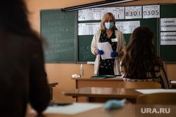 Первый экзамен в рамках основного периода сдачи ЕГЭ в школе № 208. Екатеринбург, учебный класс, егэ, экзамен, школьный класс, медицинская маска, школа, единый государственный экзамен