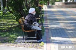 Нарушение режима самоизоляции жителями города. Курган, старушка, бабушка, масочный режим, пенсионерка в маске