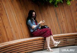 Екатеринбург во время пандемии коронавируса , девушка, лавка, эпидемия, защитная маска, covid-19, коронавирус, пандемия коронавируса