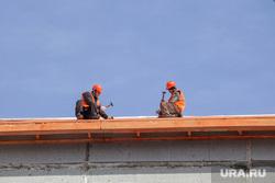 Ремонт крыши. Тюмень, ремонт крыши, крыша дома, рабочие в касках, рабочие в спецовках, рабочие на крыше, рабочие с молотками