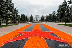 Пустой город. Обстановка в городе во время эпидемии коронавируса. Челябинск, газон, георгиевская лента, площадь революции
