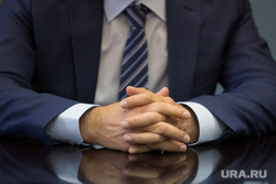 Встреча врио губернатора Курганской области Шумкова Вадима со СМИ. г. Курган, сложенные руки