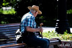 Екатеринбург во время пандемии коронавируса COVID-19, дедушка, хорошая погода, пожилой мужчина, дедушка на лавочке, солнечная погода, пожилой человек, сидит на скамейке, мужчина в шляпе