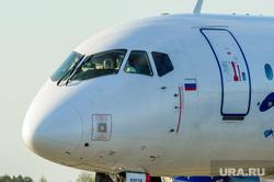 В аэропорту Челябинска приземлился «Суперджет» с вахтовиками Чаяндинского месторождения Якутии. Челябинск, самолет, маски, пилот, эпидемия, летчик, авиация, сухой суперджет, экипаж самолета, суперджет, защитные маски