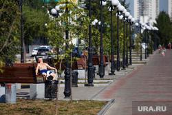 Жизнь Екатеринбурга в жару, фонтан, загар, лето, набережная рабочей молодежи, жара, отдых горожан, мужчина, екатеринбуржцы, голый мужик