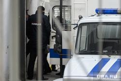 Мера пресечения для шести участников массовых беспорядков в Цыганском поселке. Екатеринбург, сизо, автозак, заключенные, конвой, арест, заключение, тюрьма, полиция