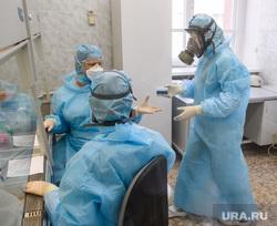 Исследование анализов на коронавирус в лаборатории ЕКДЦ. Екатеринбург, лаборатория, защитный костюм, противогаз, медицина, респиратор, специалист, медицинские исследования, респираторная маска, исследования, защита органов дыхания, проведение анализов, вирусолог, противочумный костюм, virus