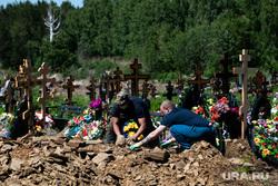 Похороны Владимира Таушанкова на Лесном кладбище. Екатеринбург, могила, могилы, кресты, захоронение, могильщики, похоронный бизнес, похороны, кладбище