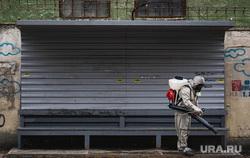 Санитарная обработка остановок общественного транспорта во время пандемии коронавируса COVID-19. Екатеринбург, уборка, защитный костюм, гигиена, дезинфекция, остановка общественного транспорта, санобработка, санитарная обработка, коронавирус, противоэпидемические меры