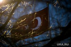 Вечер после убийства российского посла в Турции. Турецкое посольство. Москва, флаг турции