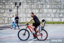 Развернутый флаг России в Историческом сквере. Екатеринбург, ребенок, прогулка, велосипед, активный отдых