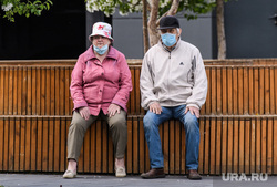 Пятьдесят второй день вынужденных выходных из-за ситуации с распространением коронавирусной инфекции CoVID-19. Екатеринбург, прогулка, яблоня цветет, пожилая пара, люди на улице, масочный режим, covid19, коронавирус, режим самоизоляции, coronavirus, самоизоляция пожилых