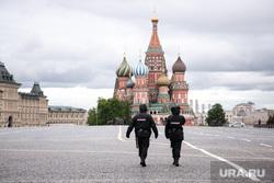 Москва во время объявленного режима самоизоляции. Москва, полицейские, кремль, красная площадь, собор василия блаженного, покровский собор, москва