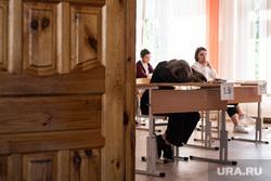 Первый экзамен в рамках основного периода сдачи ЕГЭ в школе № 208. Екатеринбург, учебный класс, егэ, ученики, подростки, экзамен, школьный класс, дети, школа, школьники, единый государственный экзамен, маска на лицо, ученики школы
