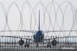 Прибытие борта РМК с гуманитарным грузом в аэропорт Кольцово. Екатеринбург, колючая проволока, аэропорт, стоянка самолета, самолет, безопасность на авиатранспорте, авиабезопасность