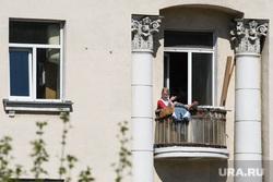 Сороковой день вынужденных выходных из-за ситуации с распространением коронавирусной инфекции CoVID-19. Екатеринбург, старый дом, балкон, квартира, лето, отдых горожан, режим самоизоляции, курение на балконе