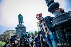 Несанкционированная акция против принятия поправок к Конституции РФ на Пушкинской площади в Москве. Москва, памятник пушкину, пушкинская площадь, митинг, студенты, дождь, молодежь