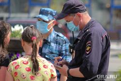 Жара в городе. Курган, подростки, девочки, дети, медицинская маска, полиция, нарушение, лето в городе