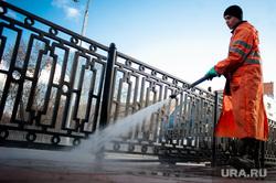 Ситуация в Екатеринбурге в связи с пандемией коронавируса, уборочная техника, чистка дорожных отбойников, ограждения, благоустройство, ограждение вдоль дороги, коронавирус