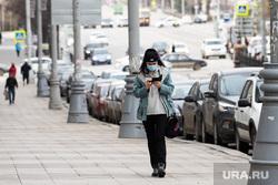Кладбища города во время Радоницы. Екатеринбург, прогулка, медицинская маска, защитная маска, маска на лицо, улицы города, девушка в маске