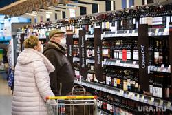 Режим самоизоляции. Сургут, покупатели, алкоголь, вино, спиртное, покупатели алкоголя, люди в медицинских масках