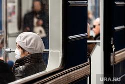 Екатеринбургский Метрополитен во время пандемии коронавируса COVID-19. Екатеринбург, эпидемия, общественный транспорт, медицинская маска, защитная маска, метрополитен, метро, маска на лицо, covid19, коронавирус