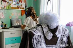 Выпускница 11 класса Анастасия Санникова во время онлайн Последнего звонка. Челябинск, последний звонок, школьная форма, выпускной онлайн, санникова анастасия, школьное платье