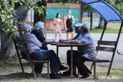 Дети. Пенсионеры. Курган, мужчины, дедушка на лавочке, пенсионеры
