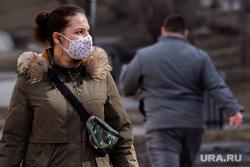 Жизнь города во время нерабочей недели, объявленной президентом РФ для снижения темпов распространения коронавируса COVID-19. Екатеринбург, прогулка, человек в маске, защитная маска, маска на лицо, covid19, девушка в маске, коронавирус