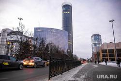 Ограждения на пешеходном переходе около Свердловского театра драмы. Екатеринбург, башня исеть, hyatt, отель хаятт