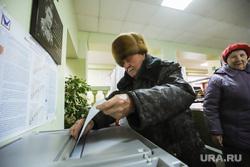 Повторные выборы губернатора Приморского края. Владивосток, старик, избирательный участок, голосование, урна для голосования, пенсионеры